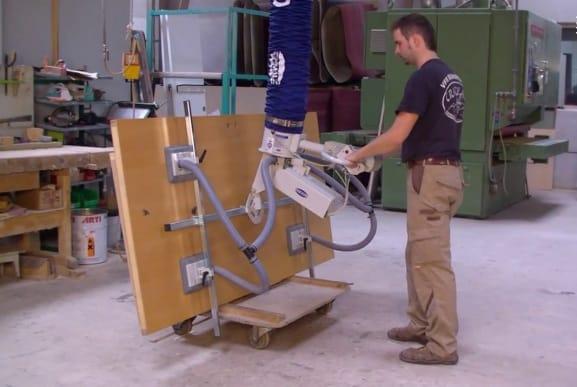 Tìm hiểu ứng dụng bơm chân không để nâng tấm gỗ đưa vào máy gia công CNC
