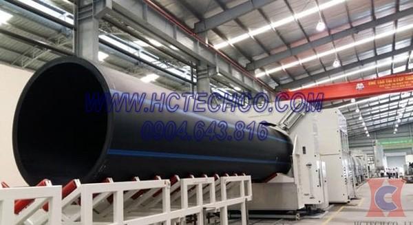 Công đoạn đùn ống nhựa từ vật liệu PVC qua máy đùn được hút chân không