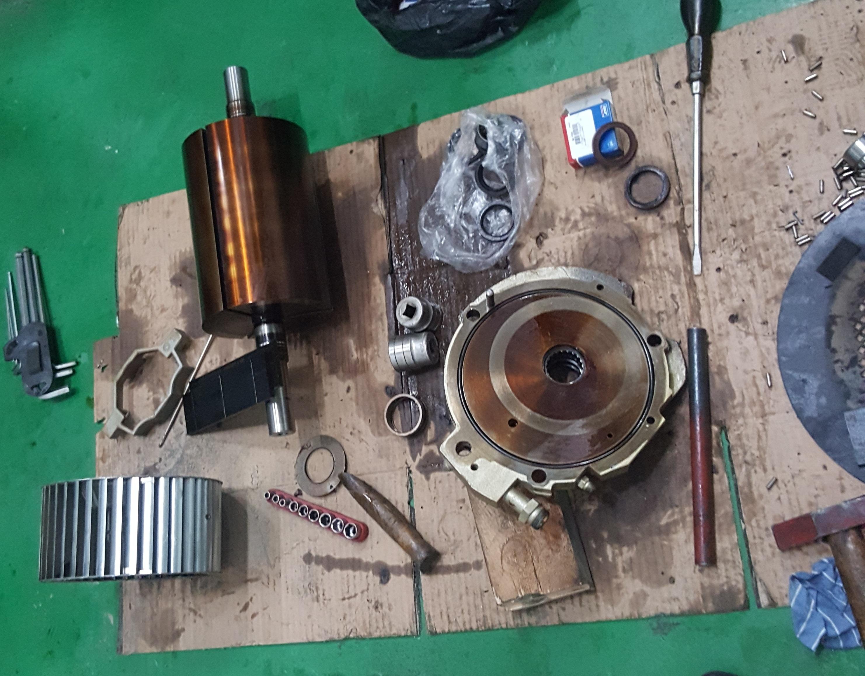 Các phụ kiện đều bị keo dầu, trục bơm bị đóng keo làm bơm không chạy được