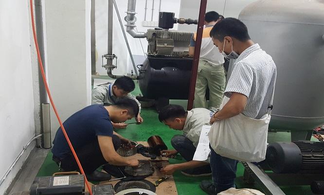 Kỹ thuật viên của HCTECH đang tiến hành sửa chữa bơm chân không vòng dầu Busch